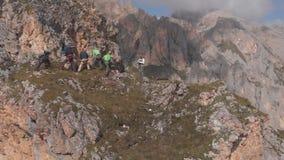 Het luchtschot van een groep klimmers trekt de kabel De evacuatie die van de noodsituatieredding indien nodig bovenop een berg be stock video