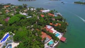 Het luchtstrand van Miami van luxehuizen stock video