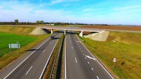Het luchtverkeer van meningsauto's op weg Autobrug Auto's die zich op wegweg bewegen stock video