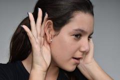 Het luister Vrouwelijke Kereltje van Latina royalty-vrije stock afbeeldingen