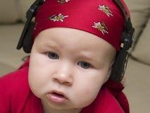 Het luisteren aan de muziek Stock Afbeeldingen