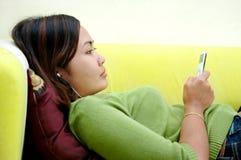 Het luisteren aan de muziek Stock Foto's