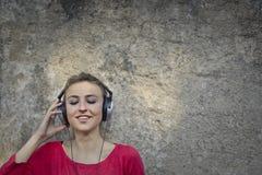 Het luisteren aan muziek Stock Foto