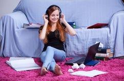 Het luisteren aan muziek in plaats van het leren Royalty-vrije Stock Foto