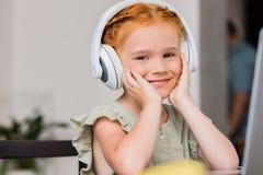 Het luisteren muziek stock afbeeldingen