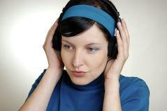 Het luisteren muziek stock afbeelding
