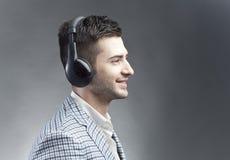 Het luisteren muziek Stock Foto