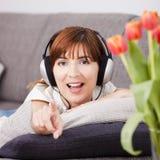 Het luisteren muziek thuis Royalty-vrije Stock Afbeeldingen