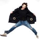 Het luisteren van de mens muziek het springende gelukkig gillen Royalty-vrije Stock Foto's