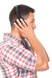 Het luisteren van de mens muziek met hoofdtelefoons  Royalty-vrije Stock Afbeelding