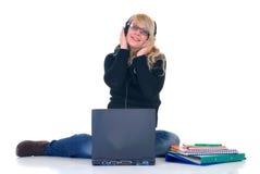 Het luisteren van de tiener muziek op laptop stock afbeelding