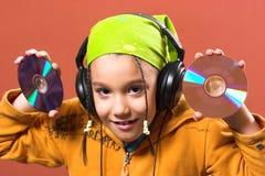 Het luisteren van het kind muziek stock fotografie