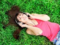 Het luisteren van het meisje muziek stock afbeelding