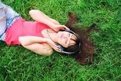 Het luisteren van het meisje muziek. stock foto's