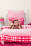 Het luisteren van het meisje muziek met hoofdtelefoons royalty-vrije stock fotografie