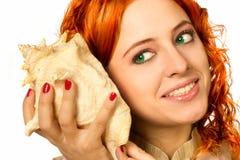 Het luisteren van het meisje shell Stock Foto