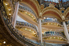 Het luxueuze binnenlandse winkelcentrum van Lafayette in Parijs, Frankrijk stock foto's