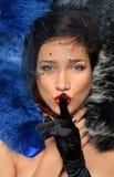 Het luxueuze jonge brunette ligt in multi-colored bont stock afbeelding