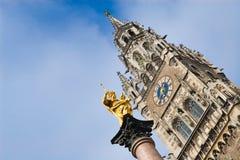 Het maagdelijke standbeeld van Mary in München Stock Afbeeldingen
