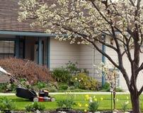 Het maaien van het gazon op een aardige de lentedag Royalty-vrije Stock Afbeelding