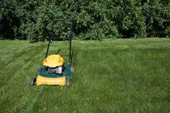 Het maaiende gras van de grasmaaier met ruimte voor exemplaar Stock Foto's
