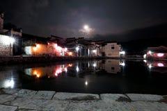 Het maanlicht van historische gebouwen rond de pool, stil als beeld Stock Afbeelding