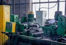 Het machinaal bewerken van metaal door op een het draaien en malenmachine te snijden Industrieel machine oud ontwerp stock fotografie