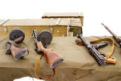 Het machinepistool van Thompson, machinepistool Shpagin, machinepistool Sudaev bij de het schieten waaier Dozen munitie op witte  Stock Foto's