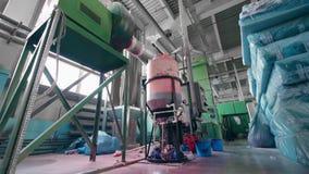 Het machineswerk in een faciliteit bij een niet-geweven stoffenfabriek stock videobeelden