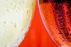 Het macro dichte omhooggaande wijnglas en het wit en het rood of namen wijn toe stock afbeeldingen