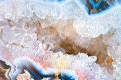 Het macro schieten van natuurlijke halfedelsteen De textuur van de minerale chalcedony Geode abstracte achtergrond royalty-vrije stock afbeeldingen