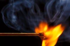 Het macrobrand branden op matchstick Studioschot op zwarte wordt geïsoleerd die stock afbeeldingen