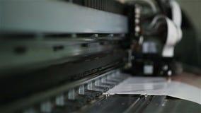 Het macrodrukhoofd van Affichemaker drukt Beeld die zich op papier bewegen stock videobeelden