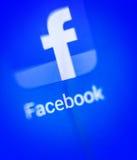 Het macroscherm het embleem van Facebook op de elektronische vertoning Royalty-vrije Stock Afbeeldingen