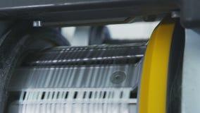 Het macroweefgetouw weeft doek van vezel om pijpen te beschermen stock video