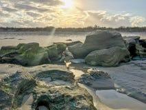 Het magische Ogenblik op het Strand als Zon glinstert door de wolken stock afbeeldingen