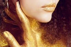 Het magische Portret van het Meisje in Goud Gouden make-up Stock Afbeeldingen