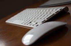 Het Magische Toetsenbord van Apple op houten lijst Stock Foto