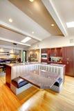 Het mahonieKeuken van de luxe met modern meubilair. Royalty-vrije Stock Foto's