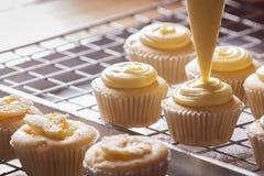 Het maken cupcakes Stock Foto