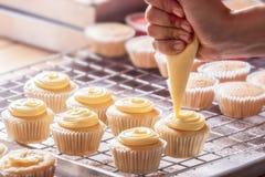 Het maken cupcakes Royalty-vrije Stock Afbeeldingen