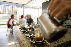 Het maken latte en koffie Royalty-vrije Stock Foto's
