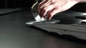 Het maken proces Scherpe doek met elektrisch cirkelmes Het concept van de Handcraftedfabrikant stock video