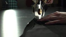 Het maken proces Scherpe doek met elektrisch cirkelmes Het concept van handcrafted merkfabrikant stock videobeelden
