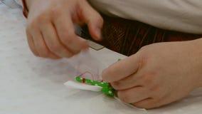 Het maken Russisch handcrafted herinneringenstuk speelgoed op lijst stock videobeelden