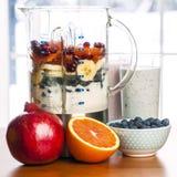 Het maken smoothies in mixer met fruit en yoghurt Stock Afbeelding