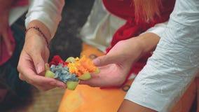 Het maken van Balinees dienstenaanbod Canang Sari stock videobeelden