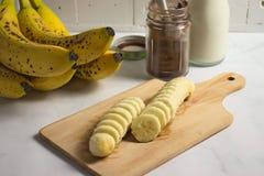 Het maken van banaanmilkshake met johannesbrood en cacao royalty-vrije stock foto