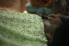 Het maken van Batik stock afbeeldingen