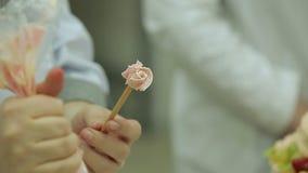 Het maken van bloem gaf wervelingen op stok gestalte gebruikend leidingenzak stock footage